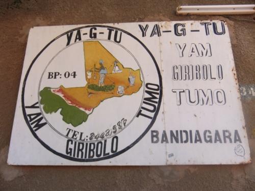Devant la porte de YA-G-TU à Bandiagara