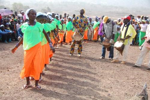 Tanz der Schülerinnen im Dorf Golea