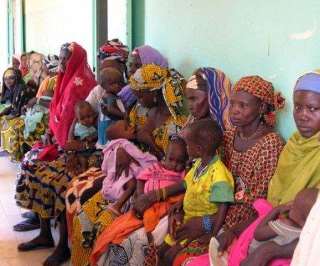 Des mères patientent avec leurs enfants dans un hopital de Tillaberi, au Niger, le 2 septembre 2005