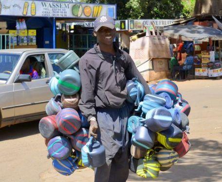 vendeur de bouilloires à Bamako (c) mali.blogs.liberation.fr