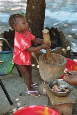imm217_16 Fatoumata en train de piler