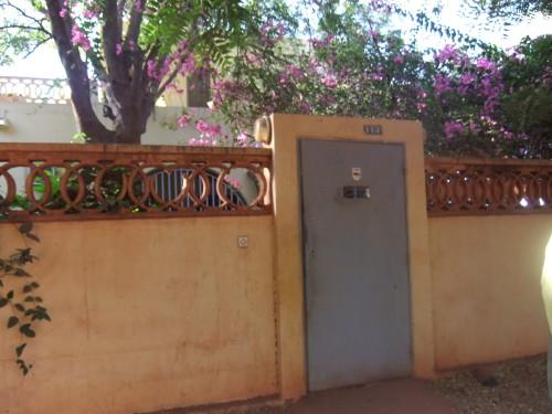 Der Eingang des Hotels in Sevare