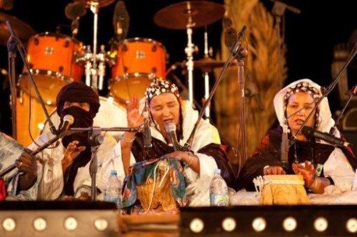 La chanteuse malienne Fadimata Walett Oumar (C) sur la scène avec son groupe au festival de Taragalt