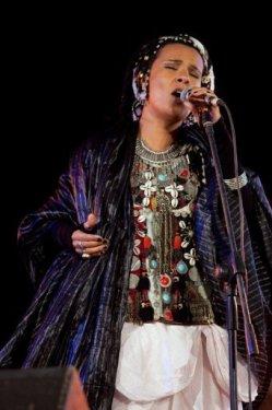 La chanteuse marocaine Oum, le 10 novembre 2012, au festival de Taragalte, au Maroc