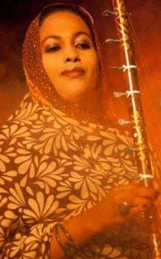 Une chanteuse du groupe mauritanien Noura Mint Seymali durant le festival de Taragalte, au Maroc, le