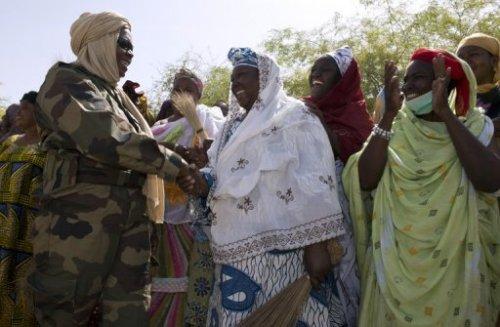 Le lieutenant-colonel Nema Segara serre la main d'habitantes de Gao