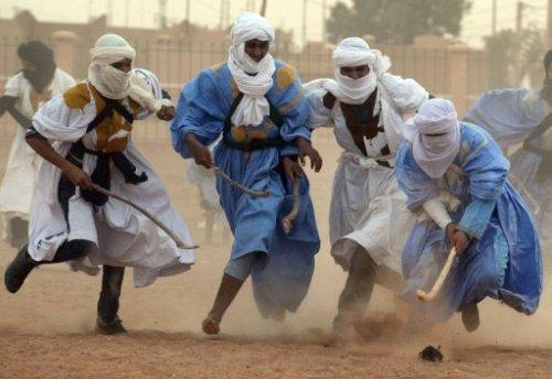 Des hommes jouent au hockey nomade dans le désert marocain, le 16 mars 2013