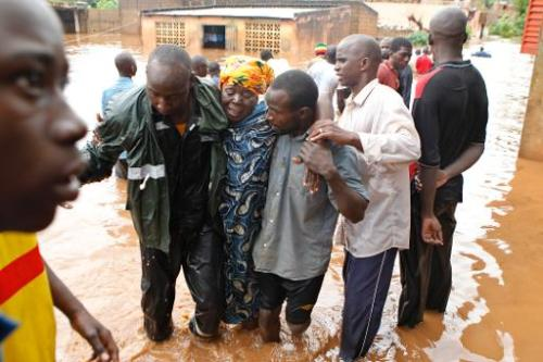 Une femme est évacuée, le 28 août 2013 d'un quartier inondé de Bamako, à la suite de plu