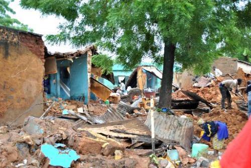 Des personnes nettoient un quartier sinistré, le 28 août 2013 à Bamako