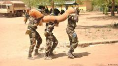 Malische Soldaten schleppen Sandsäcke