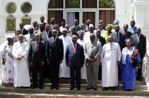 Le président malien Ibrahim Boubacar Keita (4ème D), le Premier ministre Oumar Tatam Ly