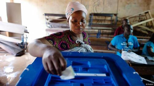 - Une femme vote à Bama