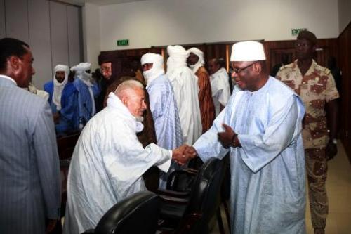 Le président malien Ibrahim Boubacar Keita (d) rencontre des membres des groupe