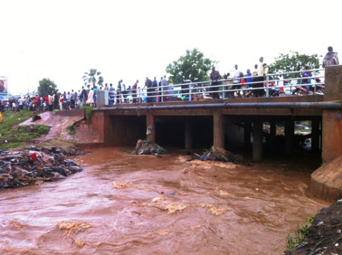 Les passagers regardent les effets de l'inondation à banconi, Bamako