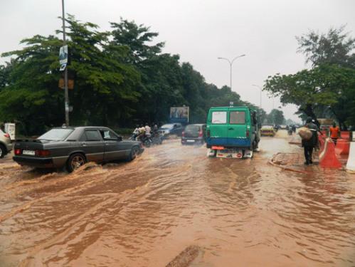 Les populations de Bamako circulant dans l'eau après de fortes pluies