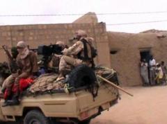 Des rebelles du groupe islamiste Ansar Dine, dans un pick up à Tombouctou, au Mali, le 6