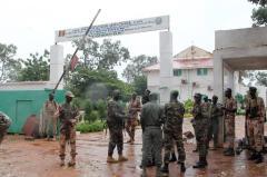 Des soldats maliens reprennent le contrôle d'un camp militaire à Kati, le 3 octobre 2013