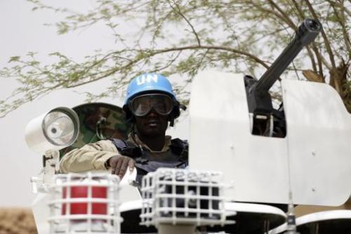 Un casque bleu de l'ONU en patrouille, à Kidal, dans le Nord-Mali, le 27 juillet 2013