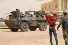 Fouille au corps des électeurs devant le centre de vote de Kidal, sous la serveillance des militai