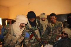 Des soldats de l'armée malienne cherchent leurs noms sur les listes pour voter.