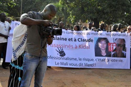 Des journalistes maliens participent à une marche en hommage à leurs collègues de RFI tu