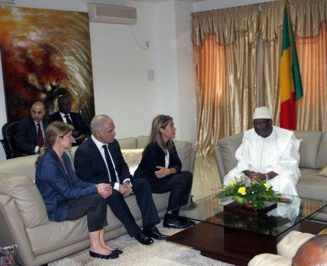 Le président malien Ibrahim Boubacar Keita (d) reçoit Marie-Christine Saragosse, PDG de