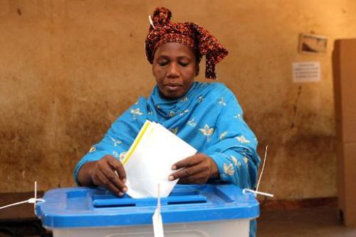 Une Malienne insère son bulletin de vote dans l'urne, à Bamako le 24 novembre 2013