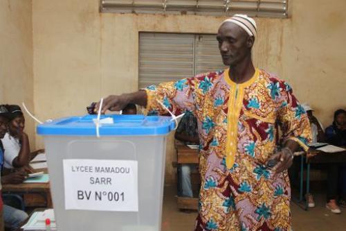 Un Malien vote pour les législatives, le 24 novembre 2013 à Bamako