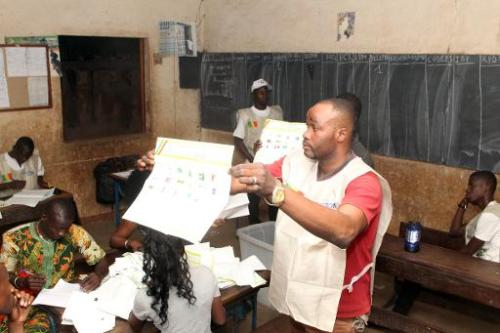 Des observateurs dans un bureau de vote le 24 novembre 2013 à Bamako