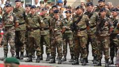 Soldaten der Deutsch-Französischen Brigade sind angetreten als Ehrenformation bei den deu
