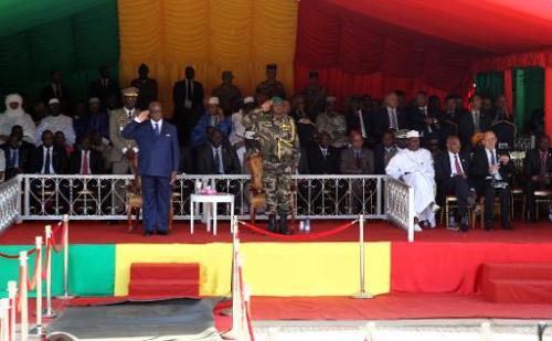 Le chef de l'Etat malien Ibrahim Boubacar Keïta (g) et le chef d'état major Mahama Touré