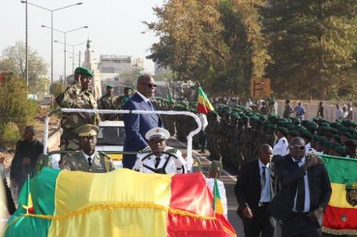 Le président malien Ibrahim Boubacar Keita (à droite debout dans la voiture) et le chef