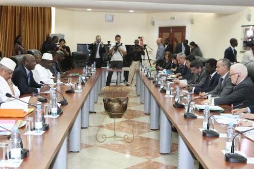 AFP 13.02.14Le Premier ministre malien Oumar Tatam Ly (2eg) lors d'une réunion avec le représentant