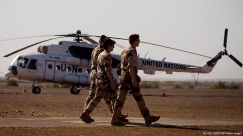 Französische Soldaten vor einem UN-Helikopter in der französischen Militärbasis von G