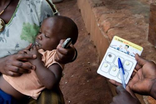 Un enfant reçoit un traitement contre le paludismen en Ouganda
