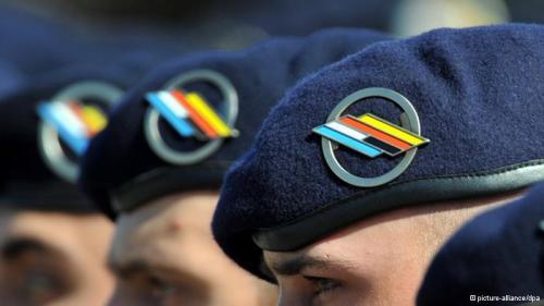 Baretts von Soldaten der deutsch-französischen Brigade