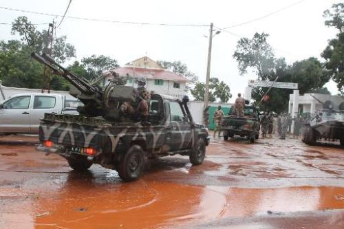 Des soldats contrôlent l'entrée du camp militaire de Kati le 3 octobre 2013
