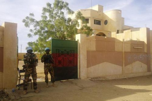 La Minusma monte la garde devant le siège du gouverneur de Kidal. 15 novembre 2013.