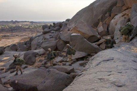 Des soldats français patrouillant dans l?Adrar des Ifoghas_arton37740-6b0d3