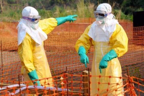 Des médecins en tenues de protection, dans le centre de Médecins sans frontières de Guéc
