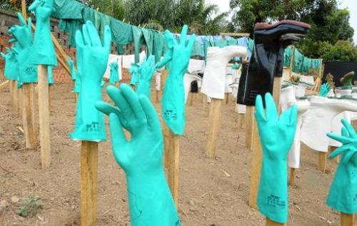 Vue de gants et bottes utilisés par le personnel médical d'un centre de victimes du viru