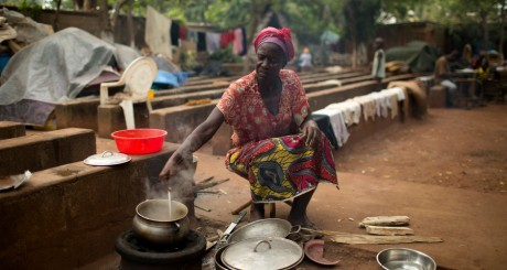 Une femme cuisinant dans un camp de réfugiés à Bangui