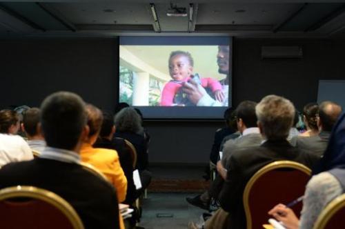 Le public visionne un documentaire sur la scolarisation d'enfants subsahariens dans les écoles maroc