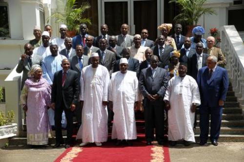 Le président du Mali Ibrahim Boubacar Keita (devant, au centre), entouré de son gouverne