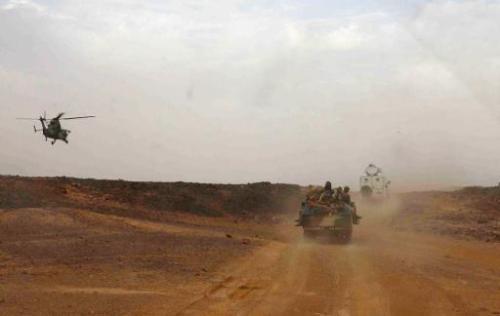 Un hélicoptère de l'armée française escorte le véhicule du Prmeier ministre malien Mouss