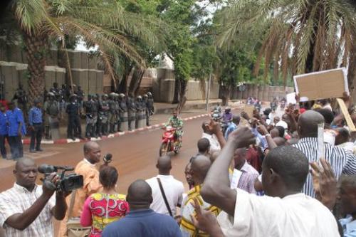 Manifestation de Maliens devant l'ambassade de France à Bamako le 19 mai 2014 pour dénon