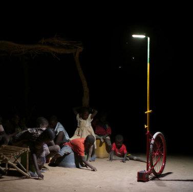 Dank «Foroba Yelen» können sich die Kinder auch nach Anbruch der Dunkelheit im Freien vergnüg