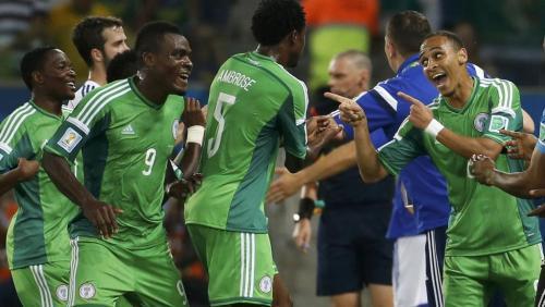 Les Nigérians fêtent le but de Peter Odemwingie (à droite) face à la Bosnie