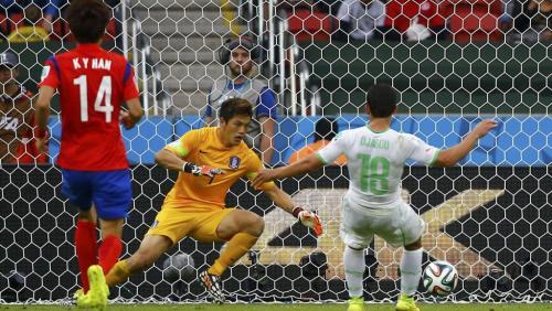 Abdelmoumene Djabou marque après un une-deux avec Islam Brahimi à la 38e mn, l'Algérie mène 3-0