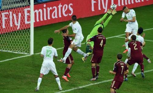 L'attaquant algérien Islam Slimani (blanc d)) marque contre la Russie au Mondial, le 26 juin 2014 à